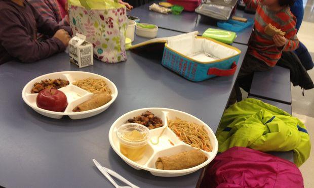 etats unis dans 40 des coles de new york les enfants prennent leur repas de midi 10 45 du. Black Bedroom Furniture Sets. Home Design Ideas